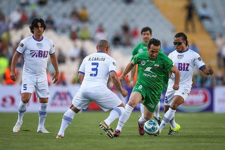 Ali Karimi sprinting through Roberto Carlos and Edgar Davids